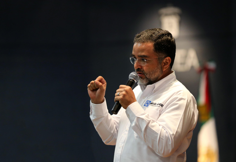 Miguel Ángel Martínez Espinoza, candidato del Partido Acción Nacional (PAN) a  la gubernatura del Estado de Jalisco, con micrófono en mano, dialogando con los estudiantes de la UdeG.