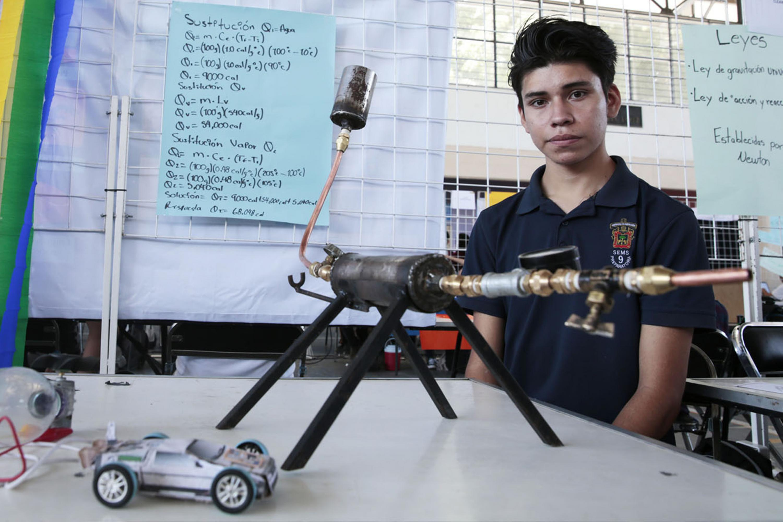 Estudiante del Sistema de Educación Media Superior (SEMS) de la Universidad de Guadalajara (UdeG), presentando su proyecto.