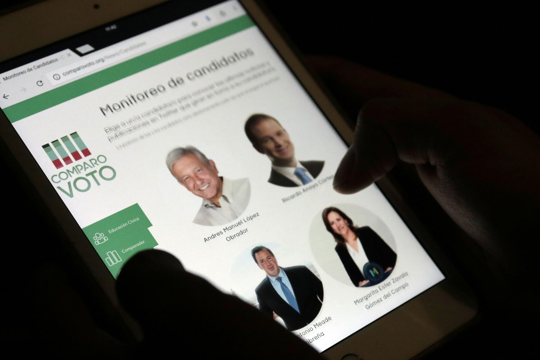 Joven navegando en la pagina de comparovoto.org, en el apartado de monitores de candidatos