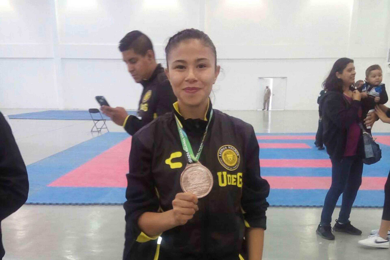 Natalia Ortiz, estudiante del Centro Universitario de Ciencias de la Salud (CUCS), obtuvo medalla de bronce en la categoría de menos 50 kilogramos en karate.