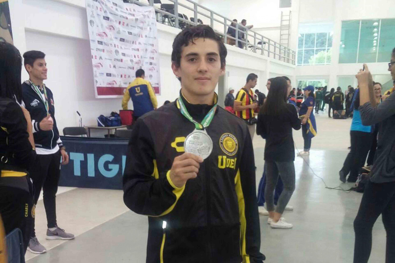 Gerardo Zavala López, estudiante del Centro Universitario de Ciencias Sociales y Humanidades (CUCSH), obtuvo medalla de plata en la categoría de menos de 60 kilogramos en karate.