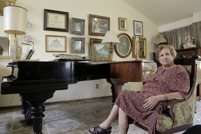 La maestra Leonor Montijo Beraud en la sala de su casa