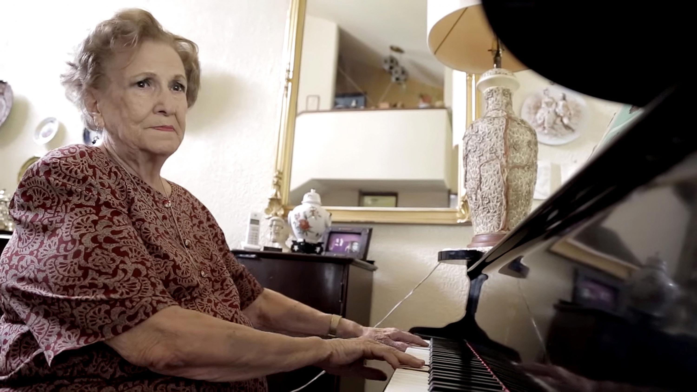 Leonor Montijo Beraud tocando el piano en su residencia