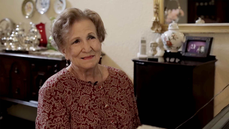 La maestra Leonor Montijo Beraud sonriendo a la camara