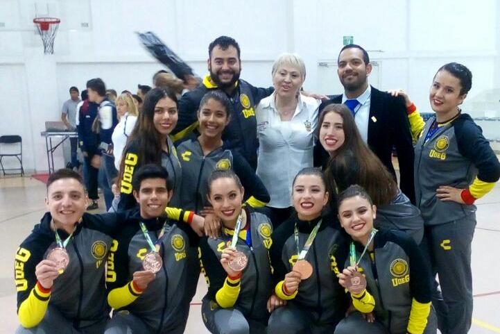 Estudiantes de la Universidad de Guadalajara, mostrando sus medallas ganadas, en el marco de la Universiada Nacional 2018.