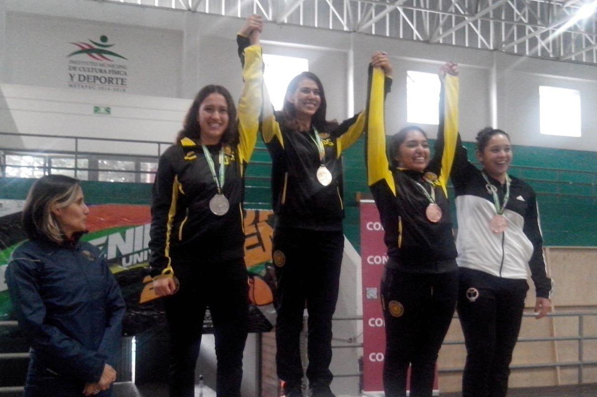 Arely Hernández, Sofía Riverón y Martha Solís, atletas en esgrima y estudiantes de la Universidad de Guadalajara, ganadoras de las medallas oro, plata y bronce en la modalidad de florete femenil.