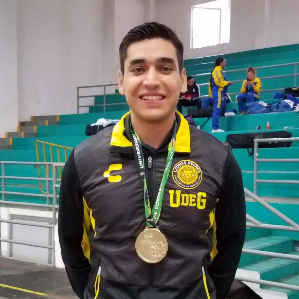 Carlos Ávila, estudiante del Centro Universitario de Ciencias Exactas e Ingenierías (CUCEI), obtuvo medalla de oro, en la modalidad espada varonil de Esgrima.