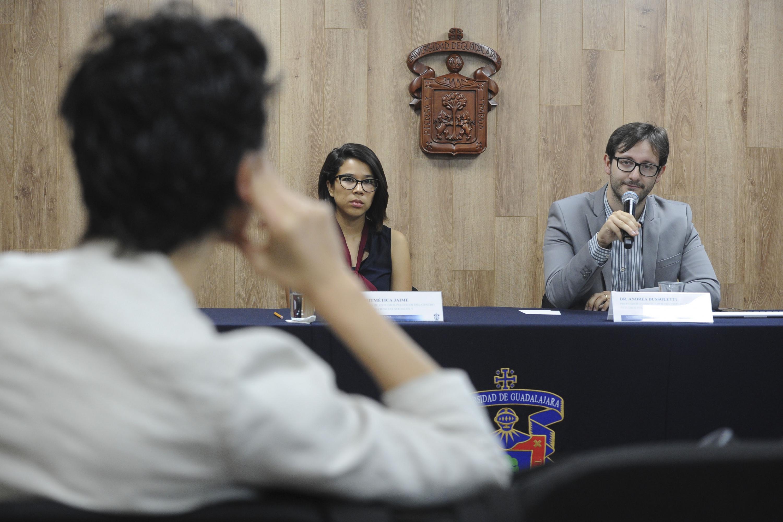 Doctor Andrea Bussoletti, profesor investigador del Departamento de Estudios Políticos del CUCSH, haciendo uso de la voz.