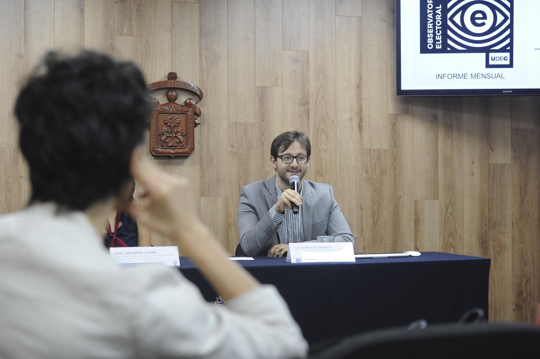 Doctor Andrea Bussoletti, profesor investigador del CUCSH, mostrando los resultados del Observatorio del Proceso Electoral.