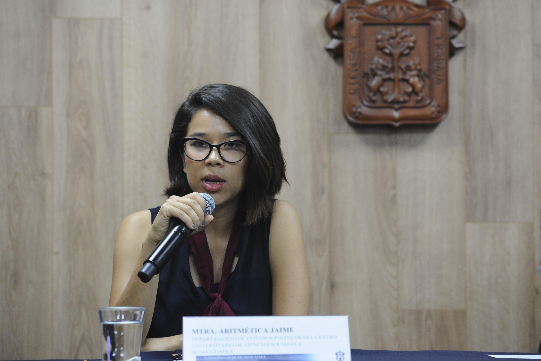 Maestra Laura Aritmética Jaime Oliver, del Departamento de Estudios Políticos, del Centro Universitario de Ciencias Sociales y Humanidades (CUCSH), participando en rueda de prensa.
