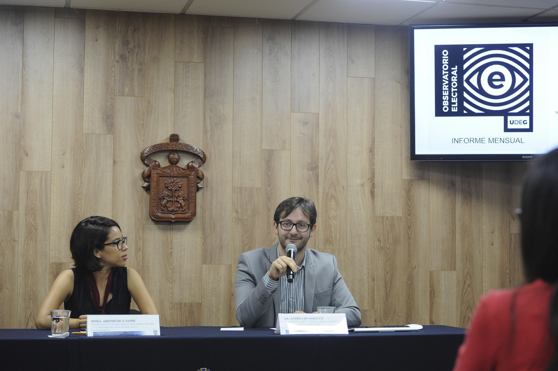 Doctor Andrea Bussoletti, profesor investigador del Departamento de Estudios Políticos del CUCSH, con micrófono en mano haciendo uso de la voz.