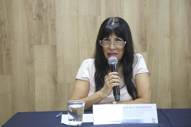 Doctora Columba Sánchez Martínez, académica del Departamento de Clínicas de la Salud Mental, del Centro Universitario de Ciencias de la Salud (CUCS), haciendo uso de la voz.