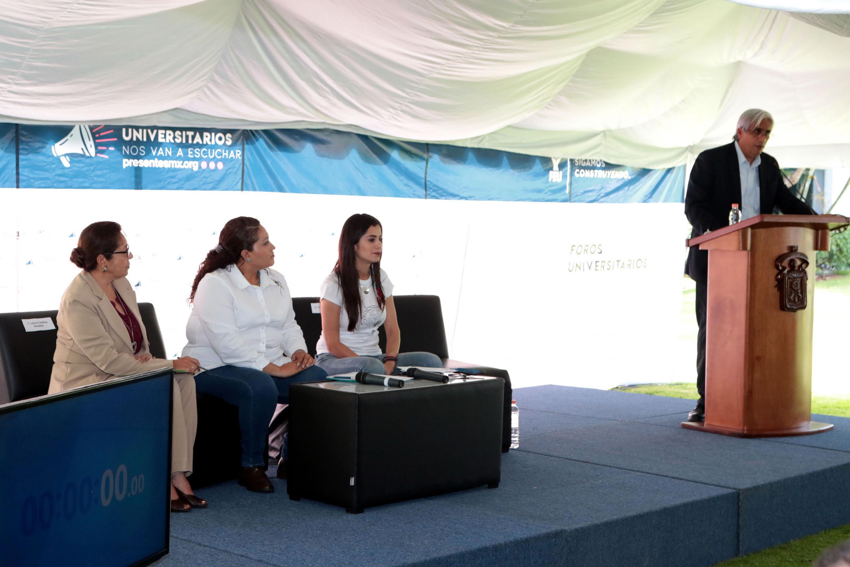 El Dr. José Alberto Becerra Santiago, Secretario Académico del CUCEA, haciendo uso de la palabra en representación del  del Rector del campus.
