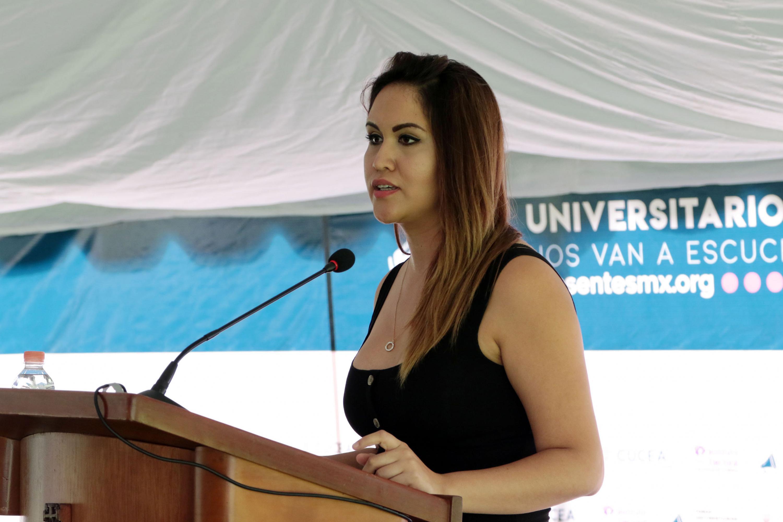 Mayra Araceli Rivera Cueva, Secretaria de Actas y Acuerdos de la FEU y Coordinadora de los foros Nos van a escuchar, haciendo uso de la palabra.