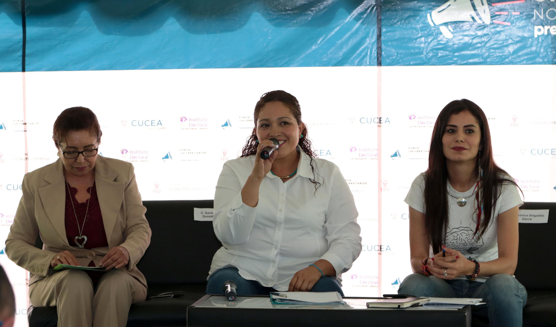 Sandra Beatriz González Pérez,  candidata al Senado de la República del Partido Nueva Alianza (PANAL), con micrófono en mano, haciendo uso de la palabra.