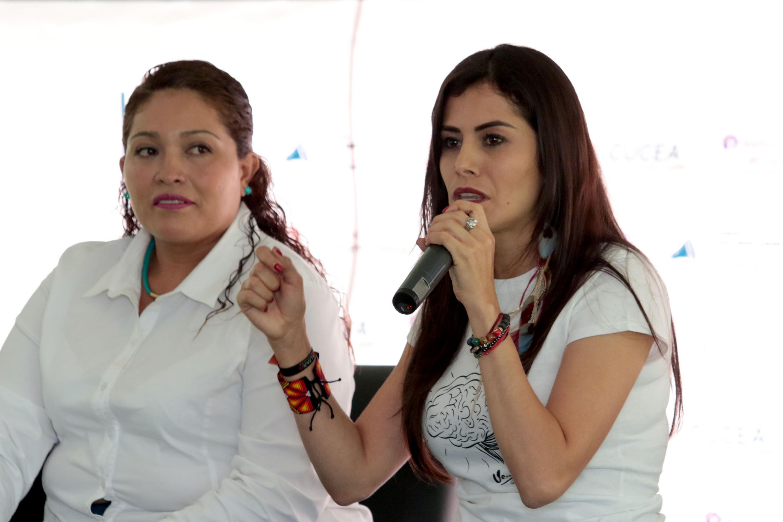 Verónica Delgadillo García, candidata al Senado de la República de la coalición México al Frente (PAN, PRD y MC), con micrófono en mano, haciendo uso de la palabra.