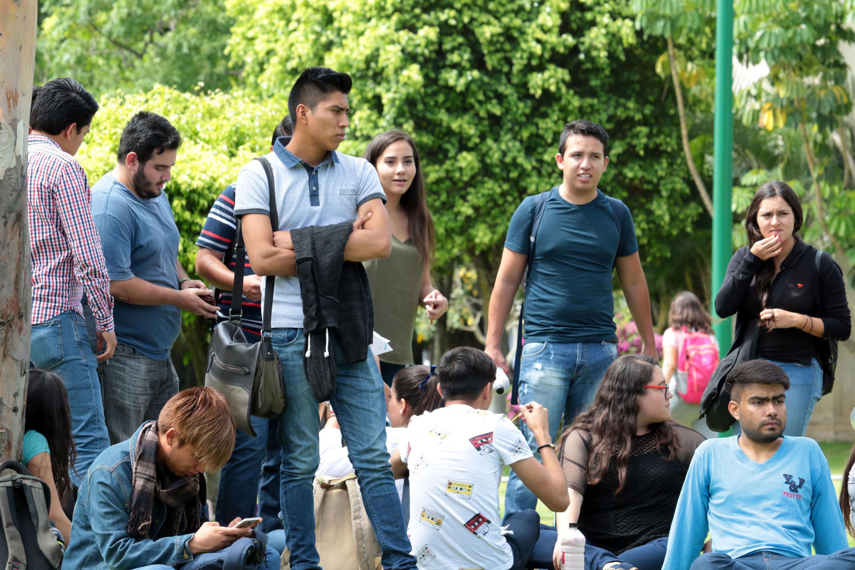 """Asistentes del Cuarto Foro Universitario """"Nos van a Escuchar"""", que tuvo lugar en los jardines del campus."""