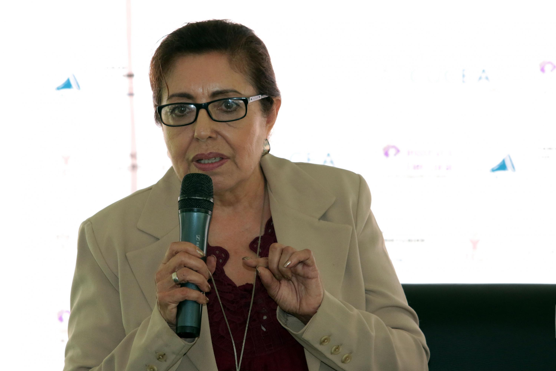 Leonor Ceballos González, candidata al Senado de la República del Partido Verde Ecologista de México (PVEM), con micrófono en mano, haciendo uso de la palabra.