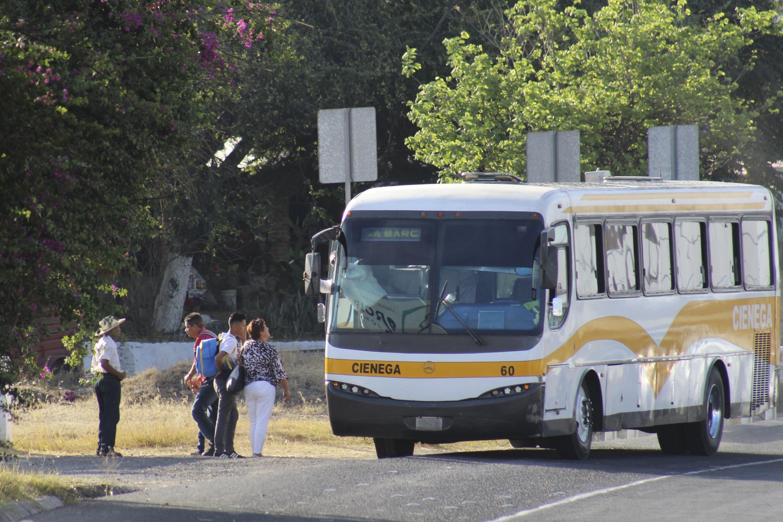 Un autobus de la region de La Cienega con destino a La Barca se detiene para subir pasaje en la carretera