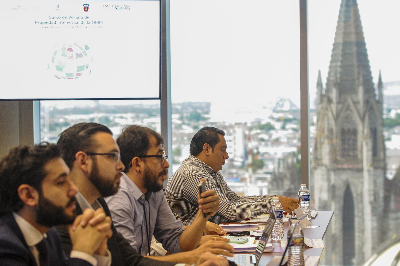 Asistentes al curso de propiedad intelectual sentados y con la vista a la ciudad de Guadalajara
