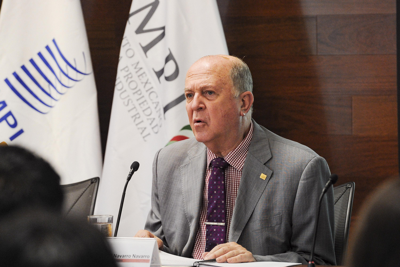 El doctor Navarro Navarro hablando durante la presentacion