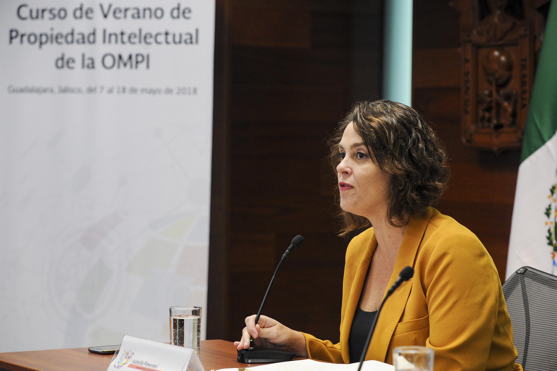 Isabella Pimentel hablando desde la mesa de presentacion del evento