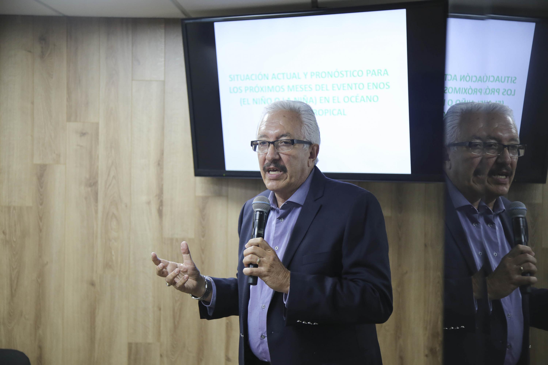 El investigador del Instituto de Astronomía y Meteorología de la Universidad de Guadalajara, Dr. Ángel Meulenert Peña, dando a conocer el pronóstico de los próximos meses para el evento ENOS (El Niño Oscilación del Sur).