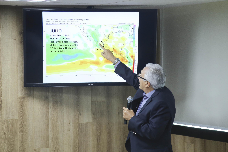 El investigador del Instituto de Astronomía y Meteorología de la Universidad de Guadalajara, Dr. Ángel Meulenert Peña, dando a conocer su pronostico de lluvias del mes de julio.