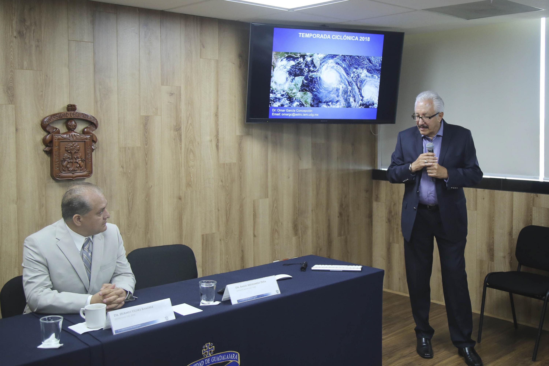 El investigador del Instituto de Astronomía y Meteorología de la Universidad de Guadalajara, Dr. Ángel Meulenert Peña, exponiendo su pronostico para el temporal de ciclones en Jalisco 2018