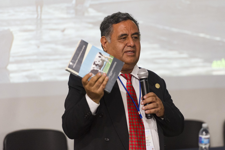 Doctor Hugo Castañeda Vázquez, especialista del Centro Universitario de Ciencias Biológicas y Agropecuarias (CUCBA), presentando un libro.