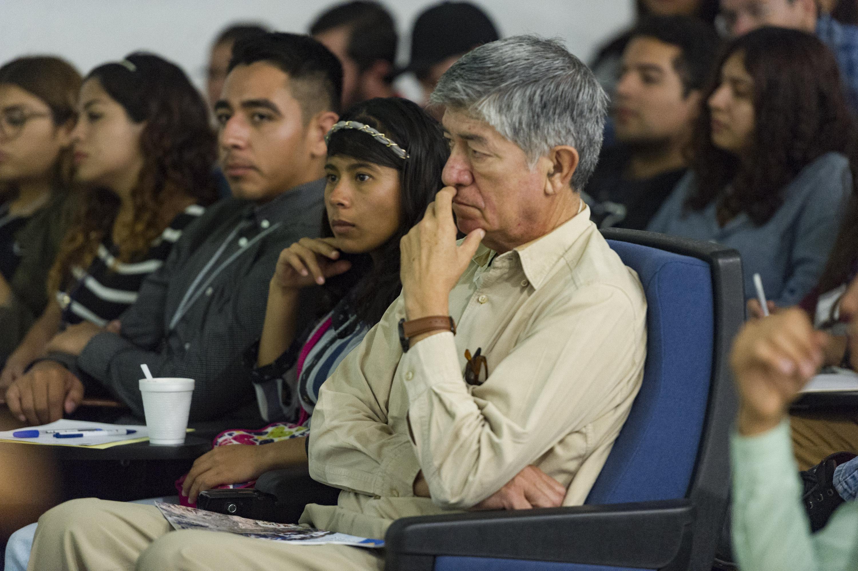 Estudiantes y profesores del Centro Universitario de Ciencias Biológicas y Agropecuarias (CUCBA), asistentes a la conferencia.