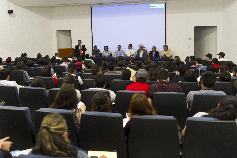Especialistas de Sinaloa, Michoacán, Veracruz y Jalisco, impartiendo la conferencia -Inocuidad de la leche y enfermedades zoonóticas-.