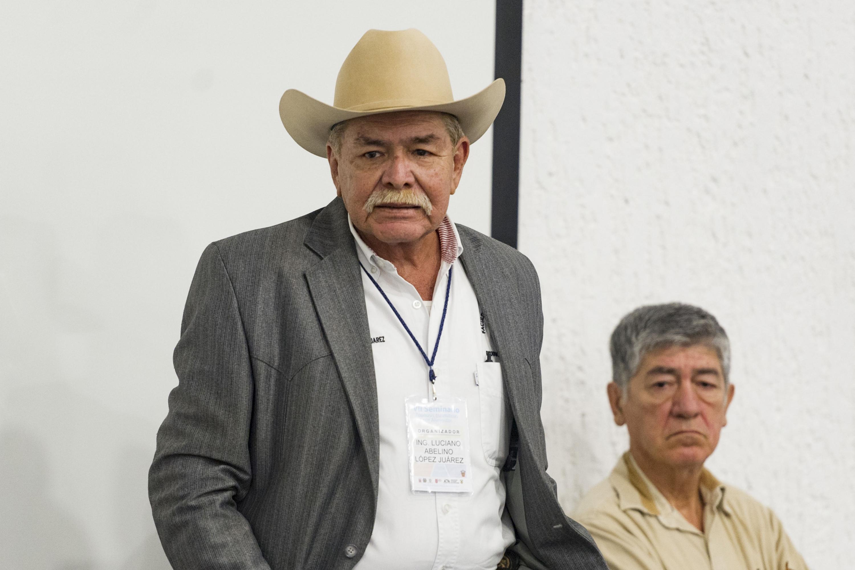 Ingeniero Luciano Abelino López Juárez, participando en la conferencia.