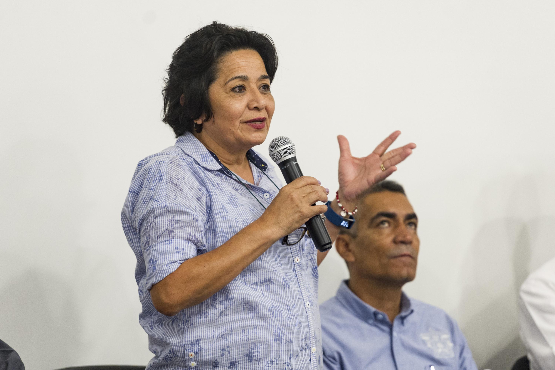 Doctora Martha Alicia Castañeda Vázquez, académica del Centro Universitario de Ciencias Biológicas y Agropecuarias (CUCBA), con micrófono en mano haciendo uso de la voz.