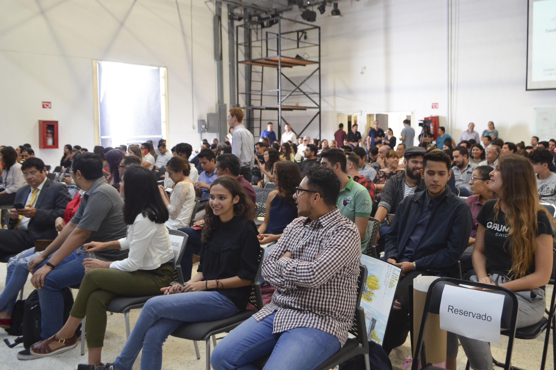 """Estudiantes del Centro Universitario de Arte, Arquitectura y Diseño (CUAAD), participando en el encuentro """"Nos van a escuchar""""."""