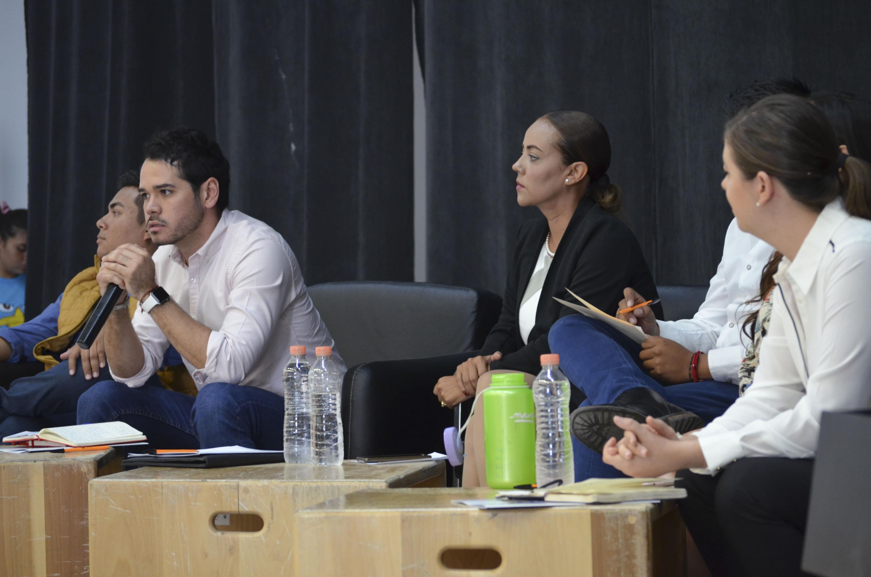Candidatos a diputaciones locales en Jalisco, respondiendo a las inquietudes de los estudiantes del CUAAD.