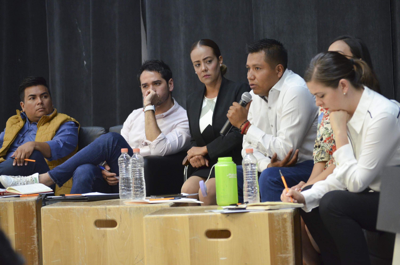 Jair Gilberto Valdez López, candidato al Distrito 11 por el Partido Nueva Alianza (Panal), con micrófono en mano haciendo uso de la voz.