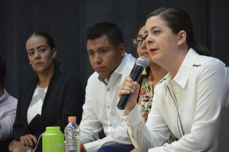 Ana González, contendiente independiente por el Distrito 6, haciendo uso de la voz.