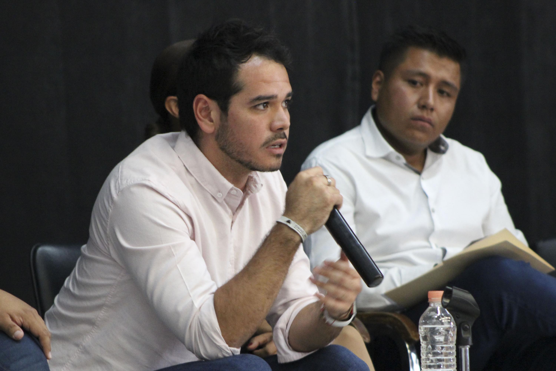 Alejandro Hermosillo, candidato al Distrito 8 por Movimiento Ciudadano (MC), interactuando con estudiantes del CUAAD