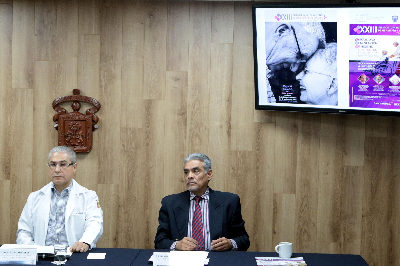"""Rueda de prensa para presentar el XXIII Simposio Internacional de Geriatría y Gerontología """"Fray Antonio Alcalde""""."""