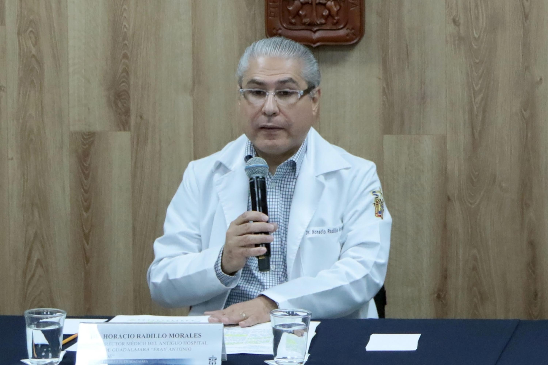 """Doctor Horacio Radillo Morales, Subdirector Médico del Hospital Civil """"Fray Antonio Alcalde"""", con micrófono en mano haciendo uso de la voz."""