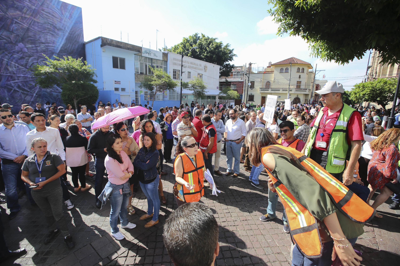 Brigadistas de la Universidad de Guadalajara, dirigiendo el macrosimulacro de evacuación.