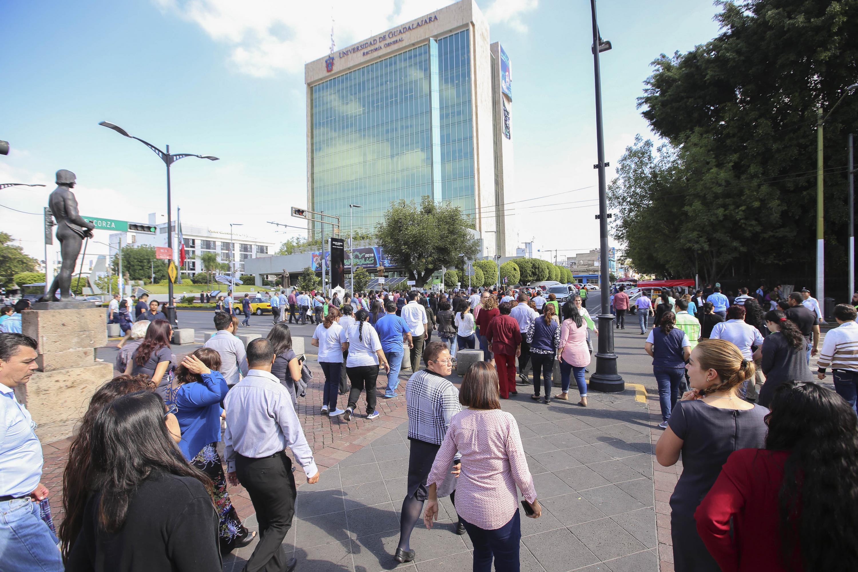 Estudiantes, profesores y trabajadores de la Universidad de Guadalajara, participando en el primer macrosimulacro de evacuación 2018.