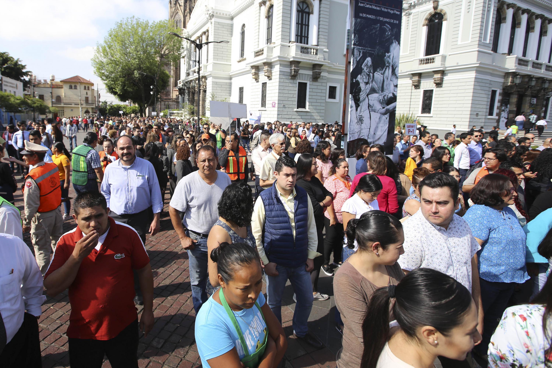 Trabajadores de los edificios de Rectoría General, el Museo de las Artes, la guardería y la Coordinación General de Servicios a Universitarios, participando de manera ordenada en el macrosimulacro de evacuación.