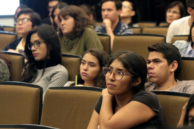 Los alumnos del CUCEI escucharon al encargado de la Clínica de Leucemias del Nuevo Hospital Civil de Guadalajara