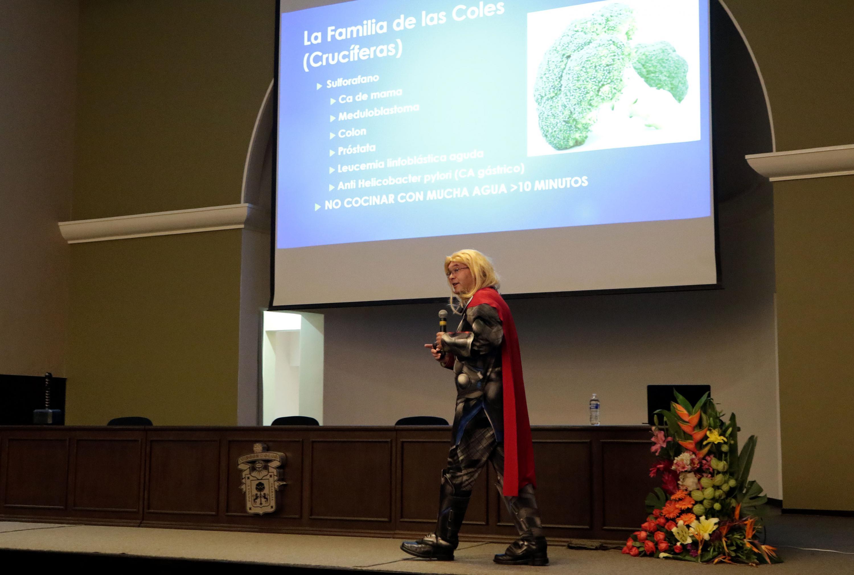 El doctor Sergio Gallegos Castorena impartio su charla en el auditorio de CUCEI disfrazado del superheroe Thor