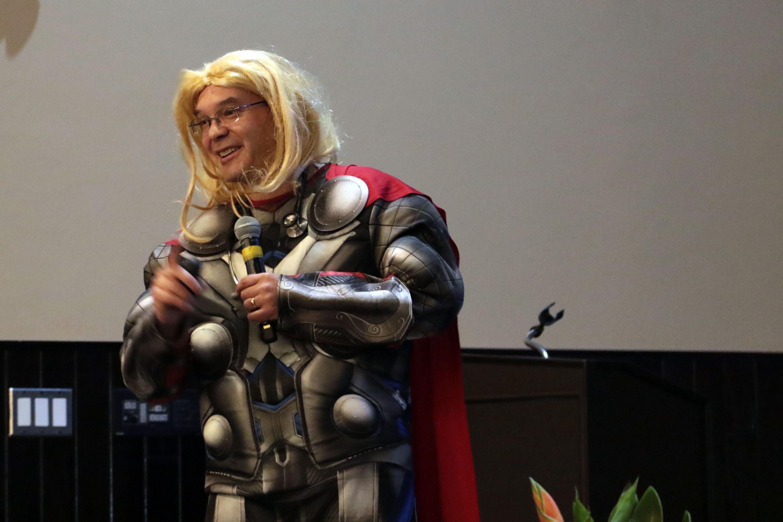 El doctor Sergio Gallegos se disfraza de superheroes para ganarse la confianza de sus pequeños pacientes