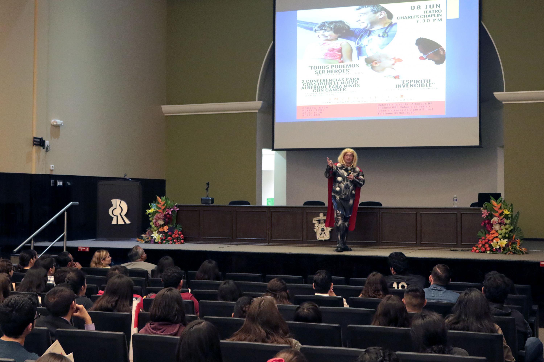 El doctor Sergio Gallegos hablo a los alumnos de carreras de ingenieria en la Semana Científico Cultural del CUCEI