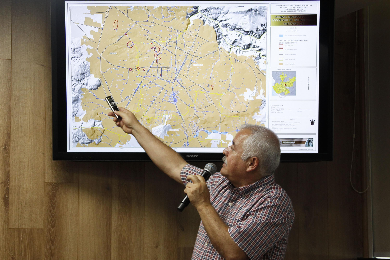 Maestro Luis Valdivia Ornelas, Coordinador de la licenciatura en Geografía del CUCSH, presentando mapa de riesgos en el temporal de lluvias.