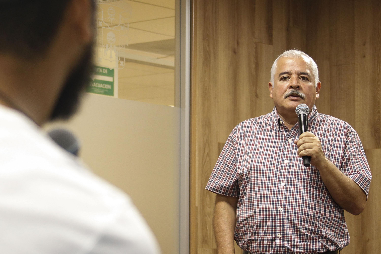 Maestro Luis Valdivia Ornelas, con micrófono en mano haciendo uso de la voz.